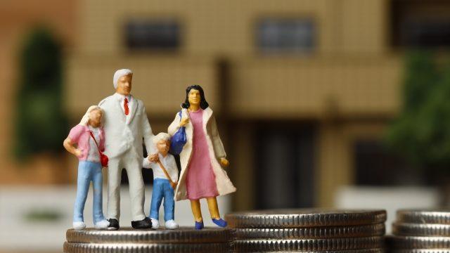 コインと家族のジオラマ