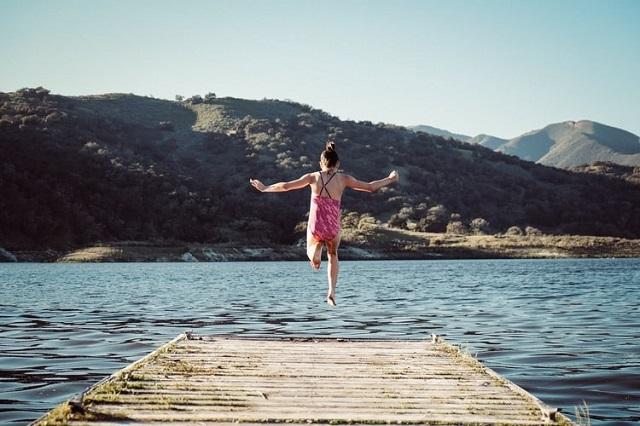 湖に飛び込む女性