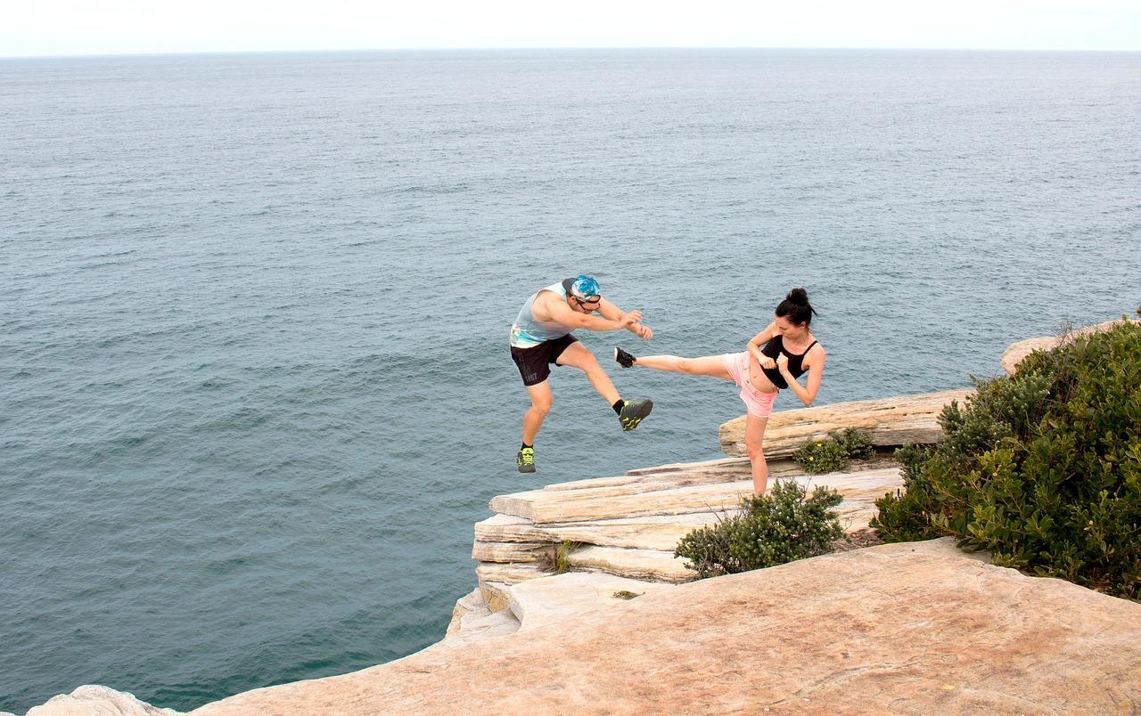 夫婦喧嘩で海に落とされる