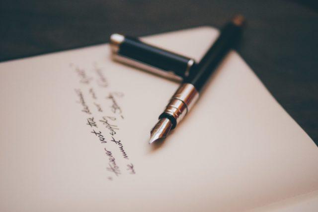 万年筆と書きかけのメモ
