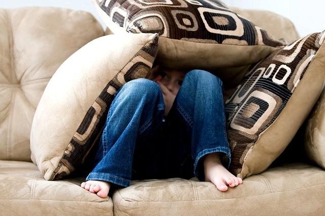 ソファに隠れる子ども