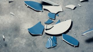 床に落ちて割れたお皿