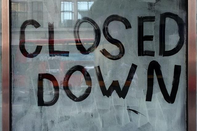 曇りガラスに書かれた「閉店」