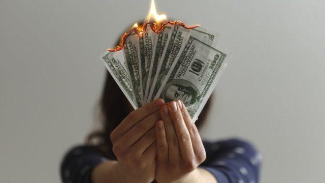 燃えるお金を持つ人