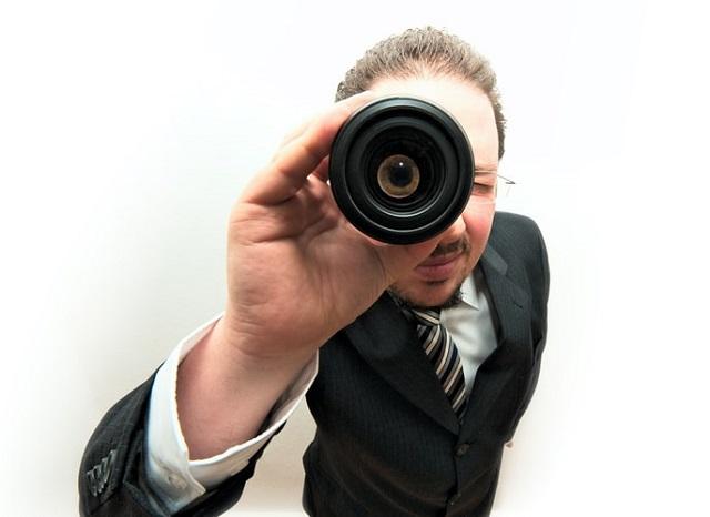 単眼鏡でのぞき込む男性