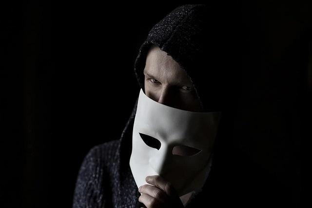 マスクを持って見つめてくる男性