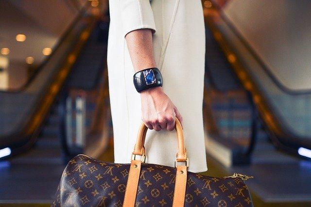 ブランドバッグを持つ人