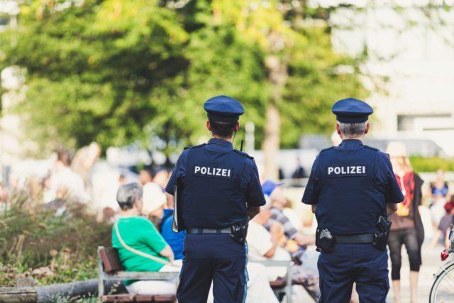 背を向けて立つ警察官