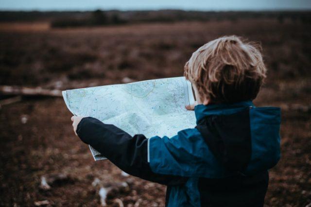 地図を広げる男の子