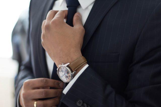 ネクタイを直すビジネスマン