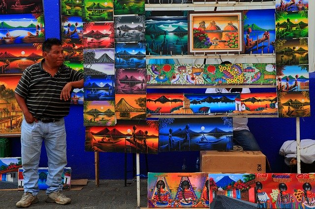 路上で絵画を売る人