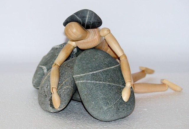 石に埋もれるデッサン人形