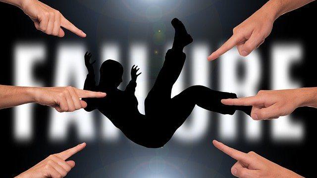 落ちる男性を指差すイメージ