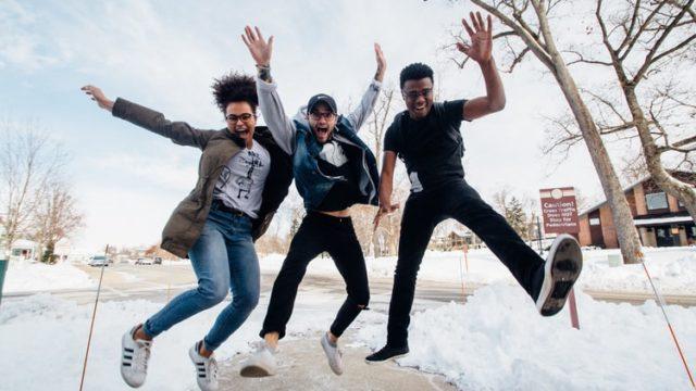 ジャンプする若者3人組
