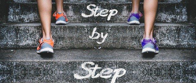 「Step by Step」と書かれた階段