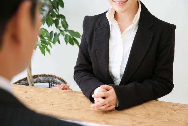笑顔で相談に乗るビジネスウーマン