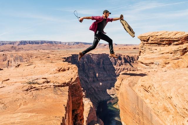 崖を軽々飛び越える男性
