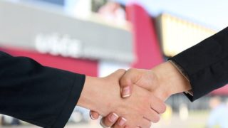 握手をするビジネスマンの腕