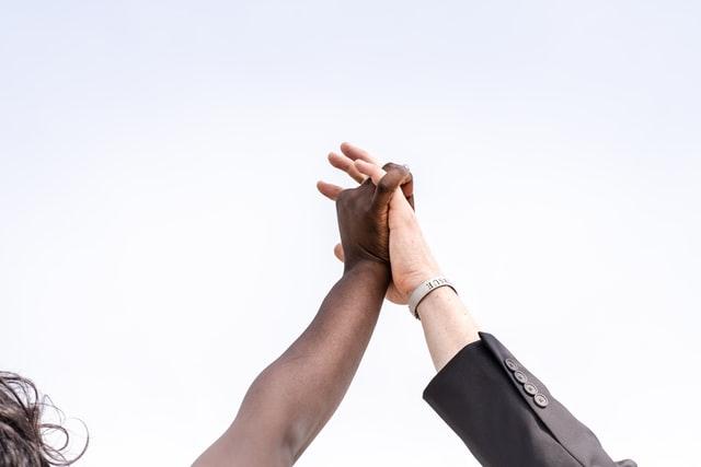 ハイタッチを交わす白人と黒人