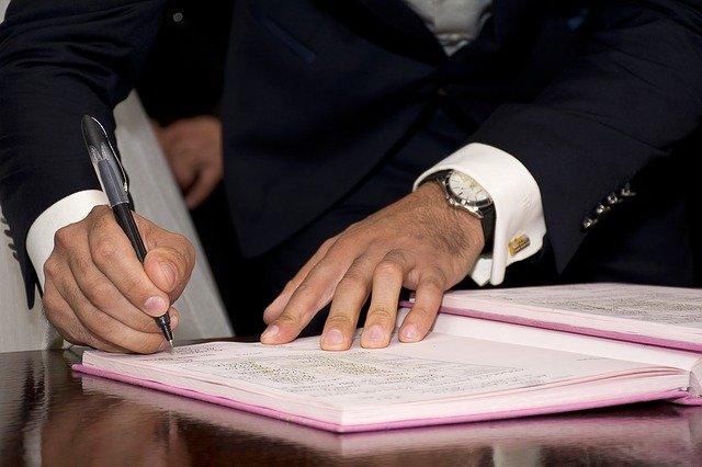 契約書にサインをする政治家