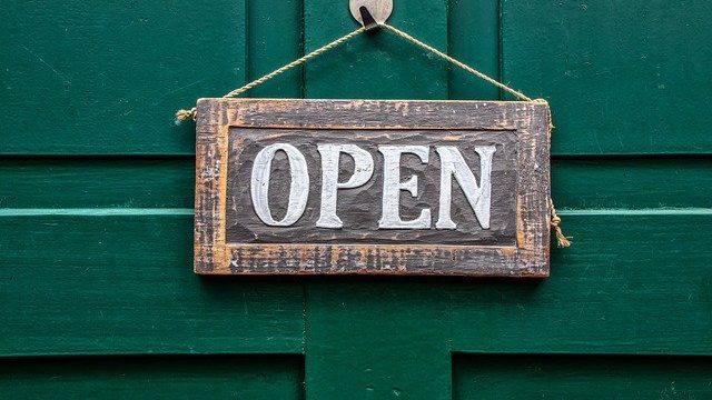 ドアに掛けられた「OPEN」のプレート