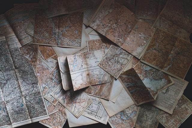 散らばった古地図