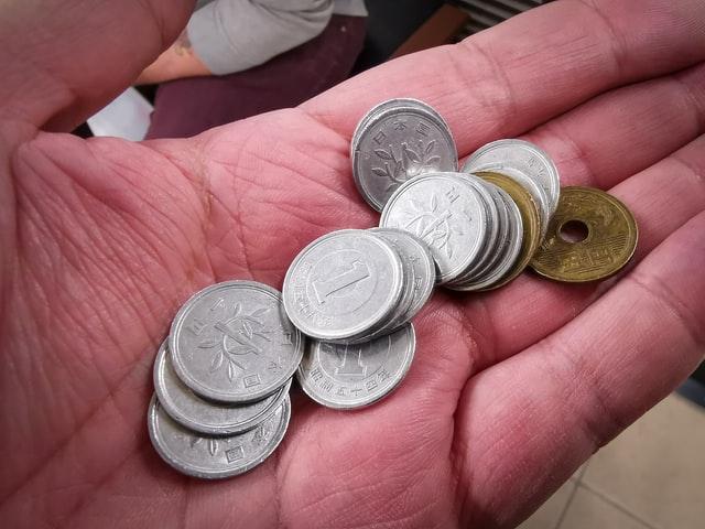 手のひらに乗せた小銭