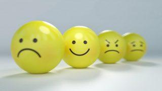 不機嫌な顔の中にある笑顔
