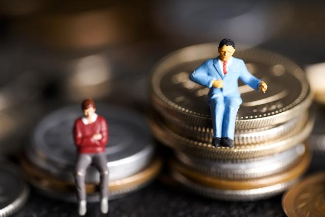 コインの上で腕を組んでいる男性