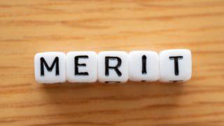 机の上に並べたMERITのビーズ