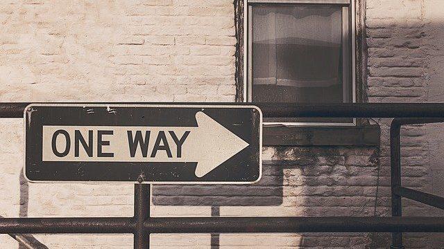 ONE WAYと書かれた看板