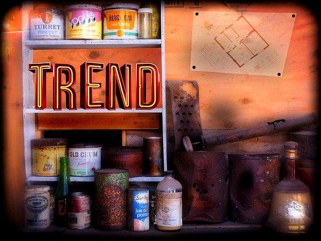 TRENDのネオンを並べた棚