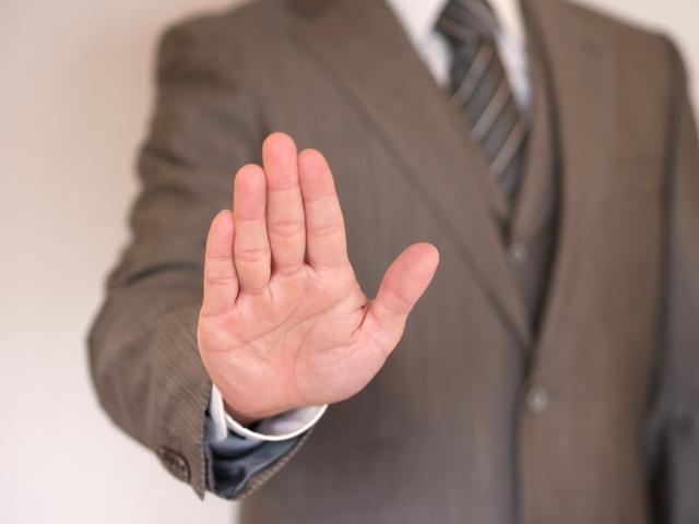 手で制止するビジネスマン