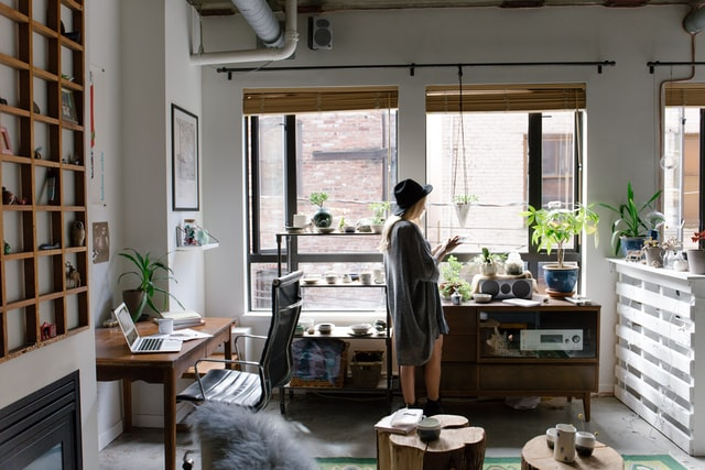 窓辺で一息つく在宅ワーク中の女性