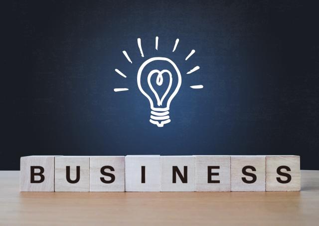 BUSINESSと書かれた積み木と電球マーク