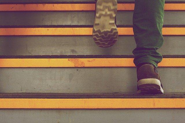 階段を上る人