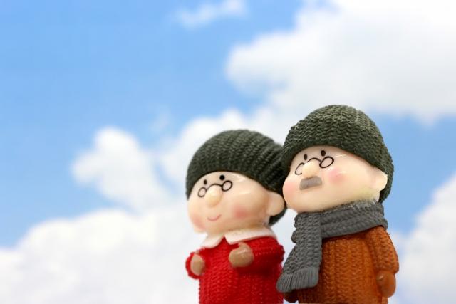 空を見上げる老夫婦の人形