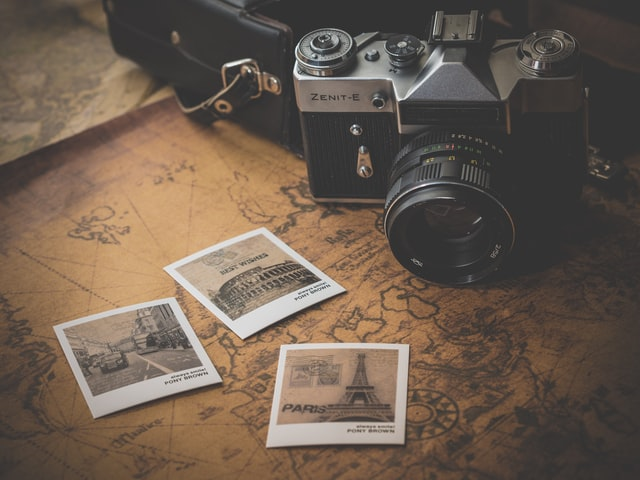 中古カメラと古びた写真