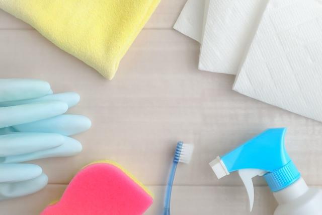 机に並べた清掃道具
